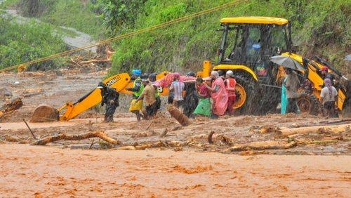 از 17 تا 22 مرداد بیش از 160 نفر به دلیل بارش باران موسمی و جاری شدن سیل در هند کشته شدهاند.