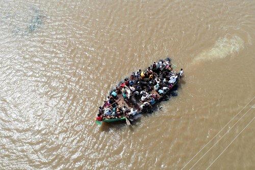 نیروهای امداد و نجات در حال نجات سیل زدگان/ نیویورک تایمز