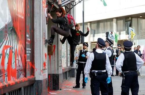 فعالان محیط زیستی معترض به تغییرات اقلیمی در حال اعتراض در مقابل سفارت برزیل در شهر لندن/ رویترز