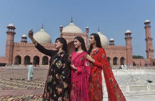 سلفی گرفتن زنان مسلمان پاکستانی پس از اقامه نماز عید قربان در مسجد جامع