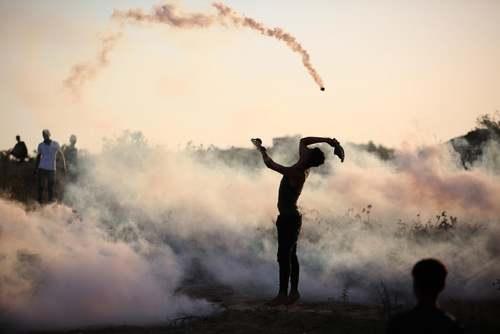 بازگرداندن گلولههای گاز اشکآور از سوی جوانان فلسطینی در تظاهرات هفتگی بر ضد اسراییل در مرز غزه/ خبرگزاری آناتولی
