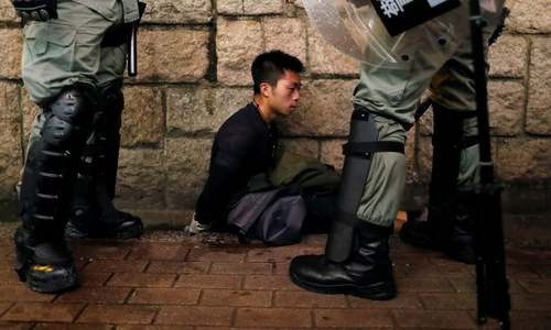 دستگیری یک معترض در هنگ کنگ/ رویترز