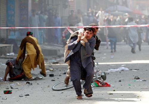 انتقال زخمیهای یک انفجار انتحاری در شهر جلال آباد افغانستان/ رویترز