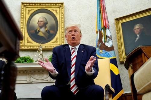 ترامپ در حال پاسخ دادن به سوالات خبرنگاران هنگام میزبانی از همتای رومانیایی در کاخ سفید/ رویترز