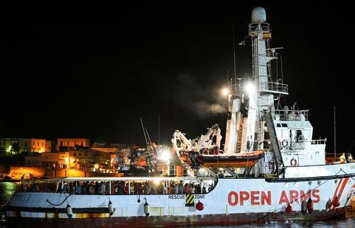 پهلو گرفتن یک کشتی نجات گارد ساحلی اسپانیا با بیش از 100 پناهجوی آفریقایی نجات یافته از دریای مدیترانه، در یکی از بنادر ایتالیا/ رویترز