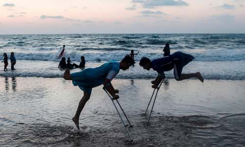 بازی نوجوانان فلسطینی در ساحل نوار غزه/ خبرگزاری فرانسه