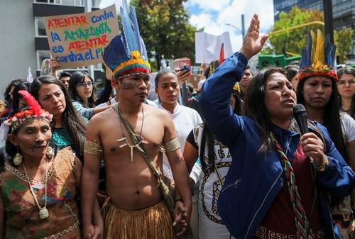 تظاهرات گروهی از بومیان جنگلهای آمازون برزیل در مقابل سفارت برزیل در شهر