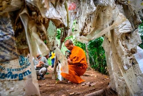 مشارکت یک راهب بودایی در تایلند در پویش پاکسازی رودخانه