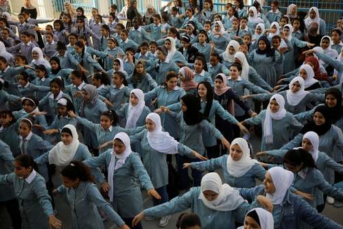 ورزش صبحگاهی دختران دانش آموز فلسطینی در مدرسه سازمان ملل در اردوگاه آوارگان