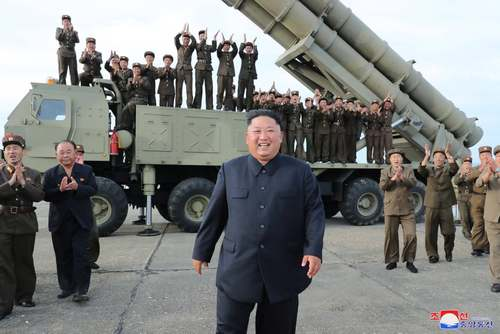 آخرین تصویر رهبر کره شمالی در کنار یک سکوی متحرک پرتاب موشکی. این عکس دیروز (دوشنبه] در خبرگزاری رسمی کره شمالی منتشر شده است. زمان و مکان این عکس نامعلوم است اما گمان می رود هنگام آزمایش موشکی 2 روز پیش کره شمالی گرفته شده باشد.
