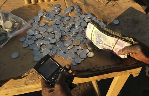 یک پول خُرد فروشی کنار خیابانی در شهر