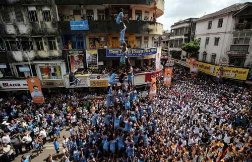 ساخت هرم انسانی در جریان جشنواره هندویی