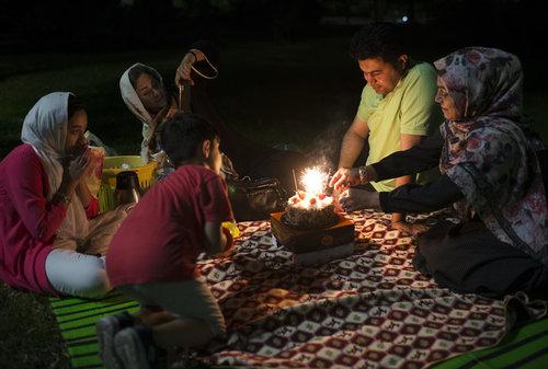 پیک نیک شبانه و جشن تولد خانواده ای در پارکی در تهران