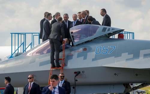 روسای جمهوری روسیه و ترکیه در حال بازدید از یک فروند هواپیمای سوخو 57 روسی در نمایشگاه هوایی