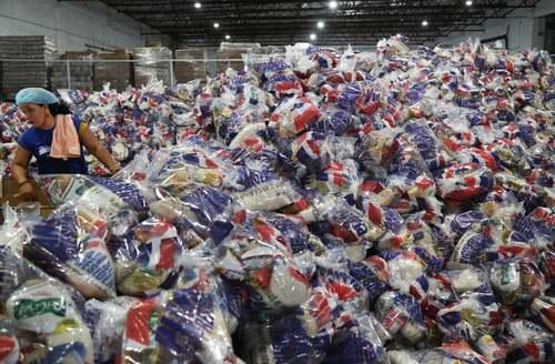 توزیع بستههای غذایی در آستانه توفان
