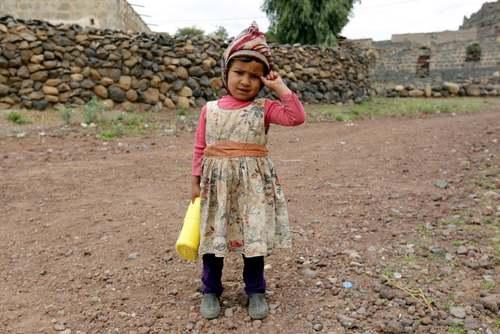 کودک یمنی با روغن مایع توزیعی سازمان ملل به دست در خیابانی در شهر صنعا/ EPA