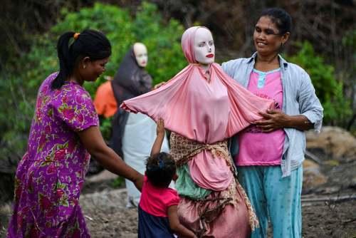 کشاورزان اندونزیایی در حال برپا کردن مترسک در شالیزار/ گتی ایمجز