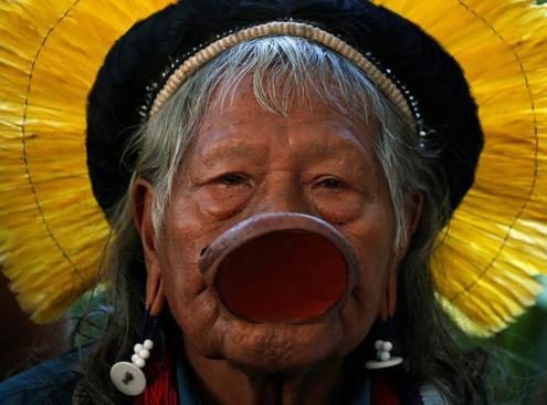 رهبر بومیان آمازون در نشست خبری در قلمروی خود پس از کنفرانس سران