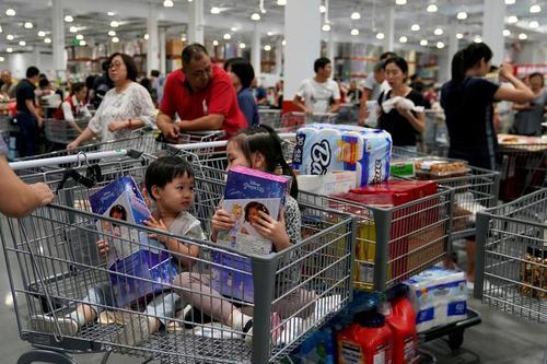 افتتاح نخستین شعبه یک هایپر مارکت بزرگ آمریکایی در شانگهای چین/ رویترز