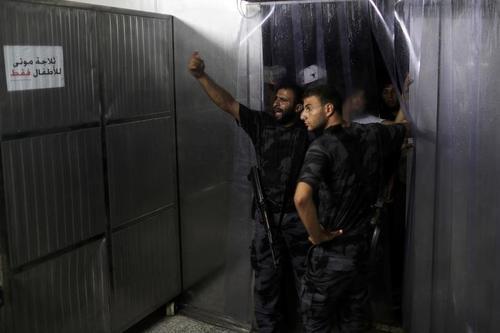 نیروهای امنیتی حماس در بیمارستانی در باریکه غزه در پی حمله هوایی اسراییل به این منطقه از فلسطین/ رویترز