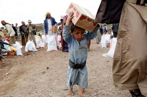 توزیع بستههای غذایی از سوی یک خیریه بینالمللی در میان مردم یمن در شهر صنعا/ EPA