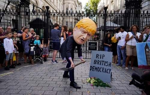 تظاهرات معترضان به اقدام نخست وزیر جدید بریتانیا به تعلیق پارلمان در مقابل مقر نخست وزیری در لندن/EPA