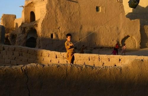 بادبادک بازی یک پسربچه افغان در شهر هرات با استفاده از کیسه نایلونی/ خبرگزاری فرانسه