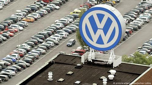 فولکس واگن به معنی خودرو ملی (Volkswagen) و به اختصار (VW) گرچه قبل از جنگ جهانی دوم تاسیس شد، اما تاریخ جدید آن با تولید اولین فولکس قورباغهای در سال ۱۹۴۵ آغاز میشود.