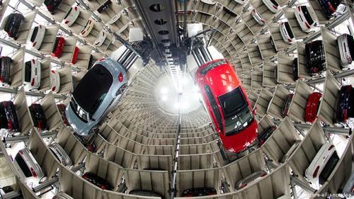 این کنسرن چند ملیتی خودروسازی که مرکز آن در شهر ولفسبورگ آلمان است، حالا مالک برندهای فولکسواگن، آئودی، بنتلی، بوگاتی، لامبورگینی، سیات، اشکودا، مان، اسکانیا، پورشه، ایتالدیزاین و دوکاتی است.