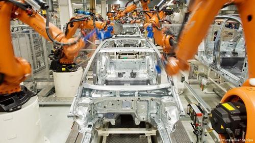 کنسرن فولکس واگن در زمینه طراحی، مهندسی، تولید و توزیع انواع اتومبیلها، وسایل نقلیه تجاری، موتورسیکلتها، موتورهای درونسوز و توربوجتها فعالیت دارد و دارای ۹۴ کارخانه تولید خودرو، در ۲۴ کشور و ۳۴۰ شرکت تابعه و زیرمجموعه است.