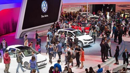 ارقام امپراتوری خودروساز فولکسواگن خیره کننده است: ۵۷۳ هزار نفر در سراسر جهان برای این کنسرن کار میکنند. ۲۰۰ میلیارد یورو در سال ۲۰۱۳ فروش داشته است که ۹ میلیارد یورو سود آن بوده است. فوکس واگن در سال ۲۰۱۴ بیش از ۱۰ میلیون خودرو به فروش رسانده است.