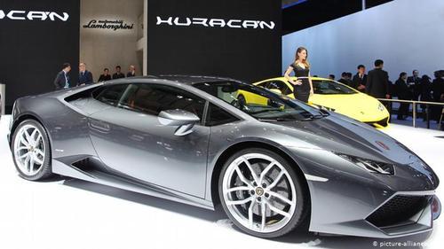 نگاه فولکسواگن به عرصه دنیای خودروهای اسپرت از زمانی شروع شد که فردیناند پییژ، ریاست هیئت مدیره کنسرن را برعهده داشت. او در سال ۱۹۹۸ اتومبیلساز ایتالیایی لامبورگینی را خریداری کرد. هرچند آن زمان انتقادات زیادی به فولکسواگن در این زمینه صورت گرفت، اما خودروهای لوکس لامبورگینی با تولید سالانه ۲۱۰۰ اتومبیل لابراتوار مناسبی برای آزمایش تکنولوژی ساخت فولکسواگن هستند.