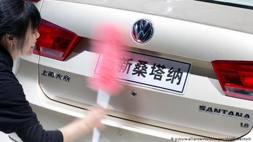 فولکسواگن در چین هم تولید میکند. این کنسرن از طریق سرمایهگذاری مشترک با چینیها به بازاری عظیم دست یافت که دیگر خودروسازان جهان به آن حسرت میخورند.