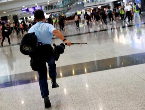 ادامه اعتراضات هنگ کنگیها در فرودگاه/ رویترز