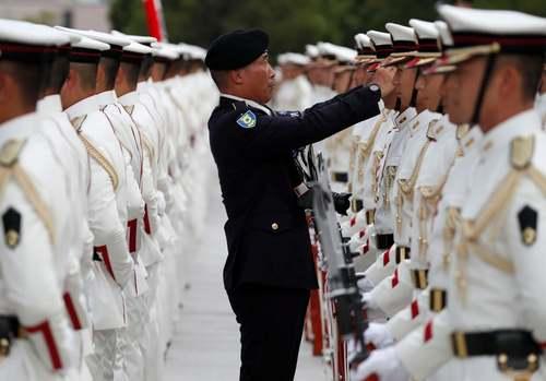 سربازان گارد تشریفات ارتش ژاپن در حال آماده شدن برای استقبال رسمی از وزیر دفاع هند در توکیو/ رویترز