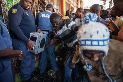 ماموران پلیس آفریقای جنوبی سعی در جلوگیری از غارت فروشگاههای متعلق به خارجیان در شهر