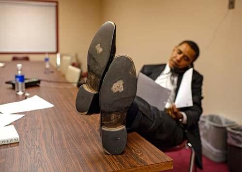 1 مارس 2008 دوران کارزار انتخاباتی  اوباما در حال مصاحبه تلفنی با یک رسانه در