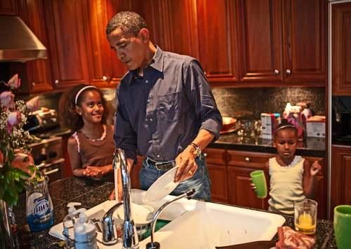 2 اکتبر 2006 اوباما در حال شستن ظروف صبحانه در خانه اش در شبکاگو
