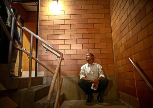 7 نوامبر 2007 اوباما در پشت صحنه یک سالن سخنرانی در طول دوران کارزار انتخاباتی در ایالت
