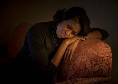26 ژانویه 2008 میشل اوابما همسر اوباما در حال استراحت در اتاق هتلی در کارولینای جنوبی. اوباما در این روز در رقابت های انتخاباتی مقدماتی حزب دموکرات در این ایالت آمریکا پیروز شد.