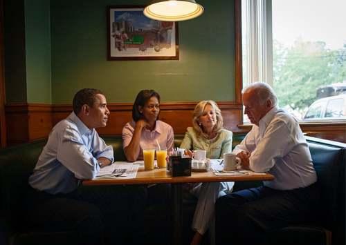 30 آگوست 2008  صبحانه خانواده اوباما و خانواده جو بایدن(معاون اوباما) در یک رالی مشترک انتخاباتی در ایالت