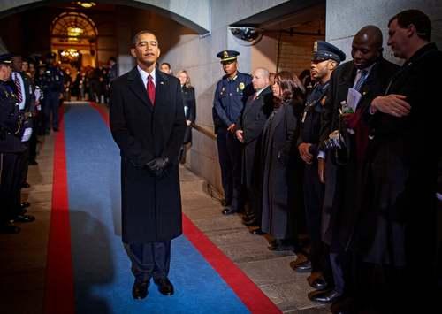 20 ژانویه 2009  روز مراسم تحلیف اوباما در واشنگتن دی سی  اوباما آماده می شود که به روی صحنه رفته و مراسم سوگند ریاست جمهوری را به جاآورد.