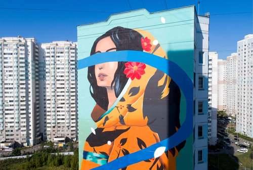 نقاشی دیواری روی ساختمانی در شهر