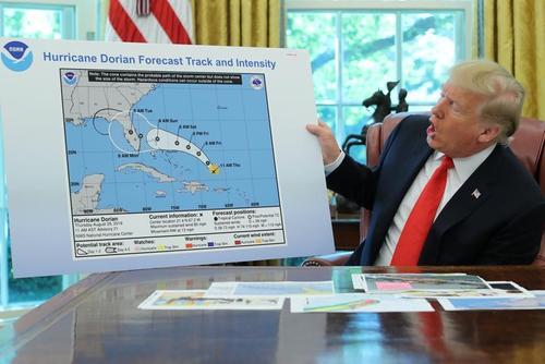 ترامپ در حال توضیح نقشه عبور توفان