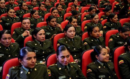 زنان پلیس کلمبیایی در حال گوش فرا دادن به سخنرانی