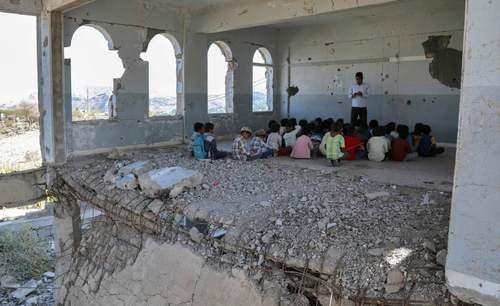 فصل بازگشایی مدارس در کشور جنگ زده یمن. دانش آموزان یمنی در یک مدرسه تخریب شده در شهر