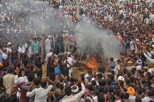مراسم سوزاندن جسد سرباز هندی کشته شده در درگیری مرزی با پاکستان در ایالت راجستان هند/ گاردین
