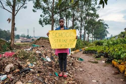 دانشآموز فعال محیط زیست اوگاندایی در حال اعتراض به روند افسار گسیخته تخریب محیط زیست وتغییرات اقلیمی/ خبرگزاری فرانسه