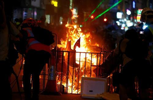 ادامه تظاهرات بر ضد چین در هنگ کنگ. معترضان شنبه شب (دیشب) در مقابل یک مقر پلیس اجتماع کردند و پلیس اقدام به پرتاب گاز اشک آور کرد./ رویترز