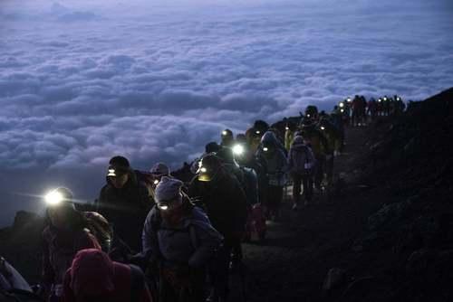 گروهی از کوهنوردان در حال صعود به قله کوه